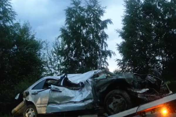 ФОТО, ВИДЕО: В Резекненском крае врезался в дерево «Мерседес»: погиб пассажир