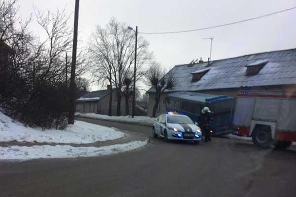Фото очевидца: автобус из-за гололеда съехал с проезжей части