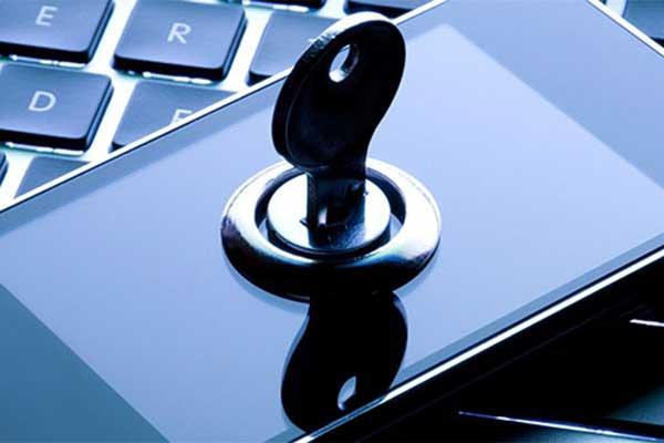 Полиция научит латвийцев защищать смартфоны от хакеров