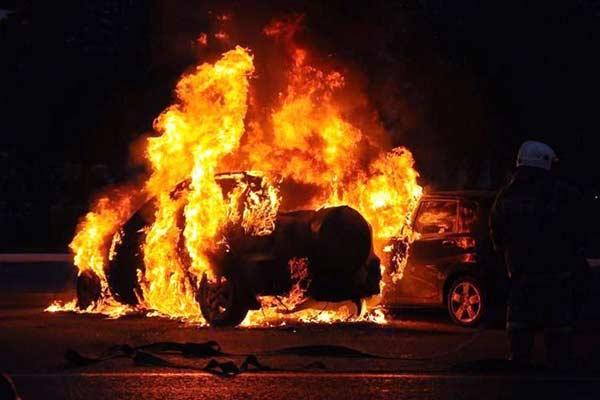 Неспокойные выходные: один пострадавший и две сгоревшие машины