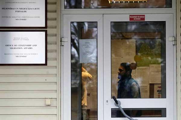 В Латвию переместили еще пятерых соискателей убежища — семью из Сирии и двух жителей Эритреи