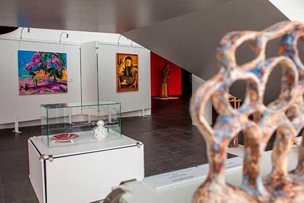 """ВИДЕО: Выставка работ выпускников Резекненской средней школы дизайна и искусств """"Ars Longa"""""""