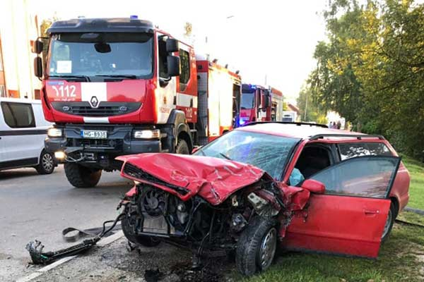 ДТП в Резекне: молодой водитель протаранил припаркованные автомобили (фото)