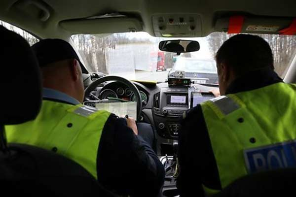 Убегая от Резекненской полиции, пьяный водитель повредил новую служебную машину