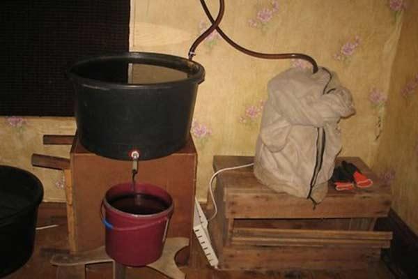 Под Резекне пресечено нелегальное производство алкоголя
